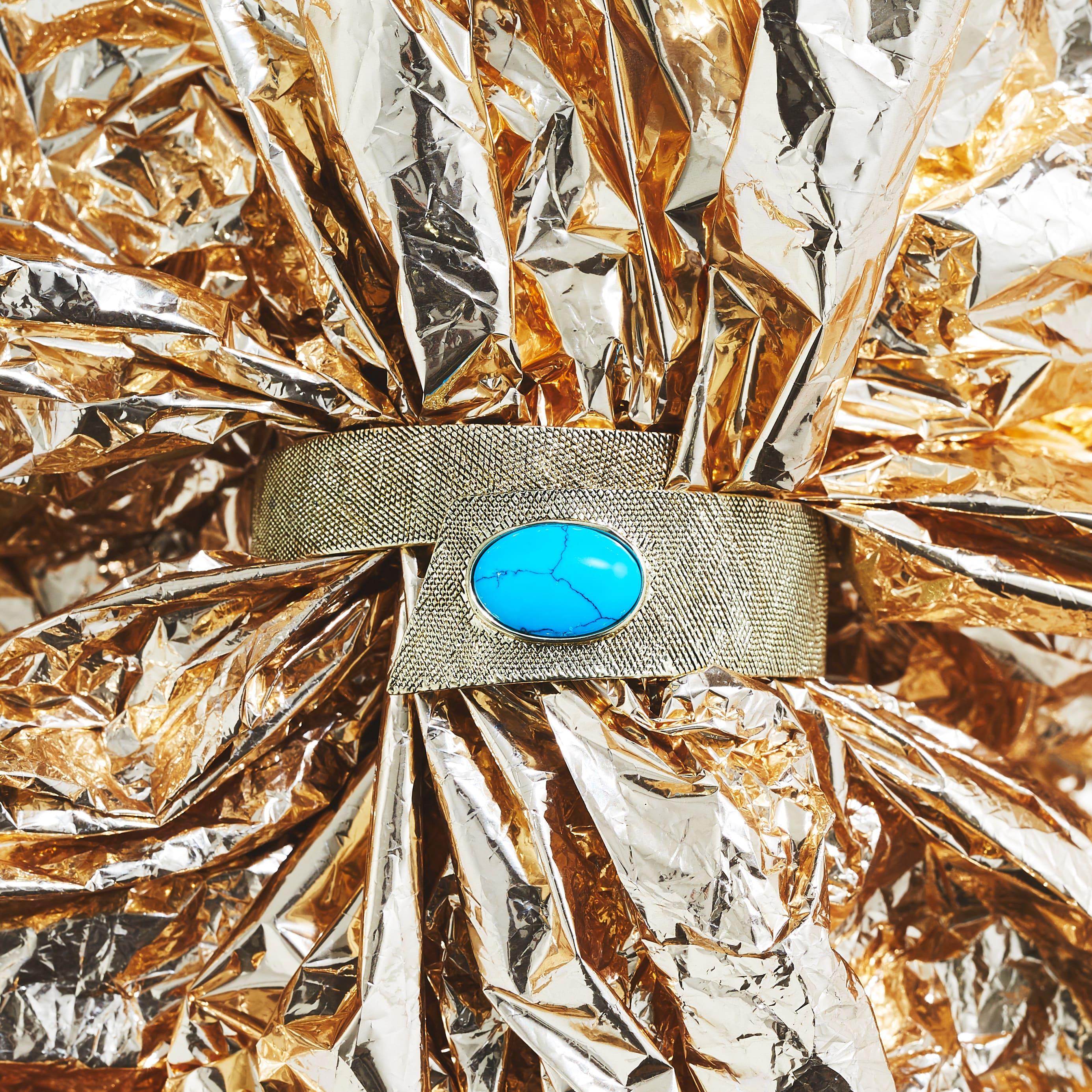 Photo nature morte d'un bracelet en or de luxe mis en situation à destination d'un magazine